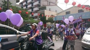 南門社區發展協會為了提升社區防暴意識串聯志工連結商店一起宣導-進行暴力零容忍遊街