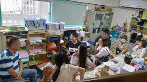 10/21早上亞洲大學7位助理來東英討論防暴桌遊內容