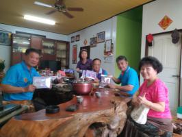 廖理事長與美玉姐到大誠社區與鎌村社區送紫色口罩套及討論施作日期及社區意象