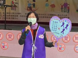向陽社區防暴宣講師-劉素珍在社區活動中心舉辦「關懷據點年終感恩」活動中進行宣導